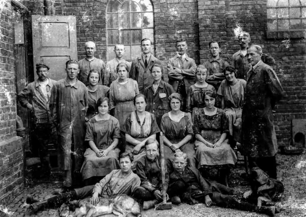 Jean Walterscheid (2. von links in der mittleren Reihe) beschäftigt schnell rund 15 Mitarbeiter, hinzu kommen erste Lehrlinge.