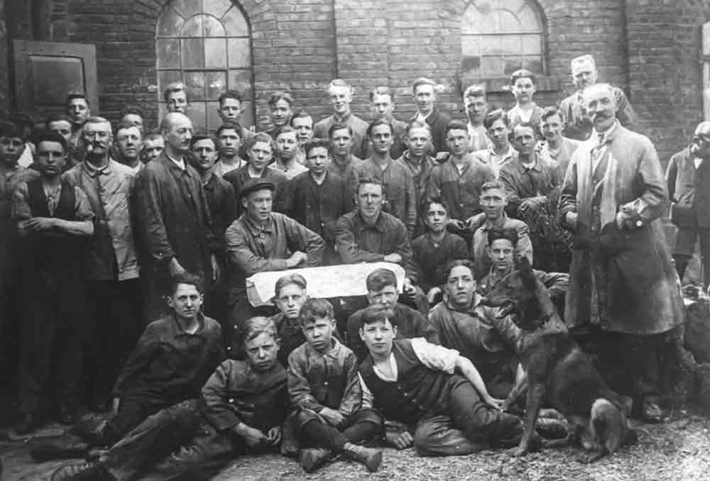Deutlich gewachsene Belegschaft: Mitte der 1920er Jahre posiert Jean Walterscheid (zentral mittig) mit seinen Leuten.