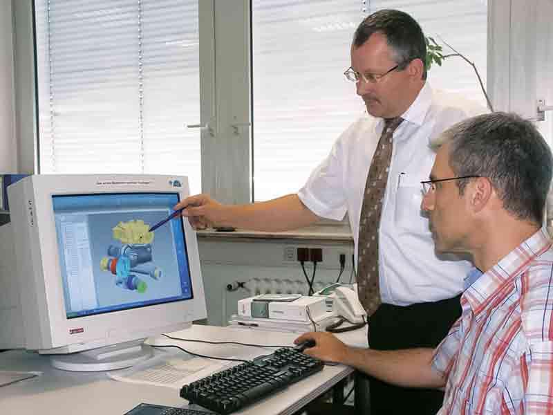 Der hydrostatische Antrieb ICVD ist eine Entwicklung von Walterscheid; Konstruktionsleiter Wolfgang Adamek (stehend) und Egbert Dohm am ICVD-Modell.