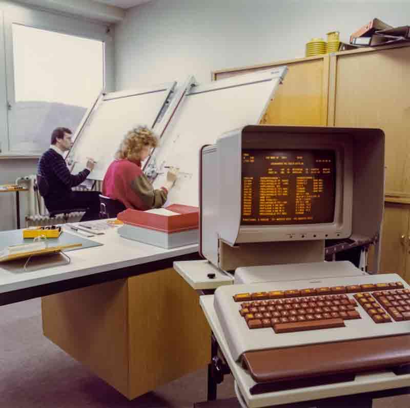 Die elektronische Datenverarbeitung hält in den 1980er Jahren Einzug und verändert viele Arbeitsplätze. Die Konstruktion nutzt erstmals CAD-Rechner (1) und bewegt sich zwischen Computer und Zeichenbrett (2). Auch im Versuch wird rechnergestützt gearbeitet (3).
