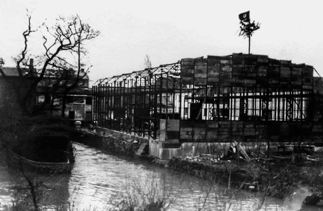 Auf Walterscheids Schmiedehalle weht beim Richtfest 1939 die Hakenkreuzfahne.