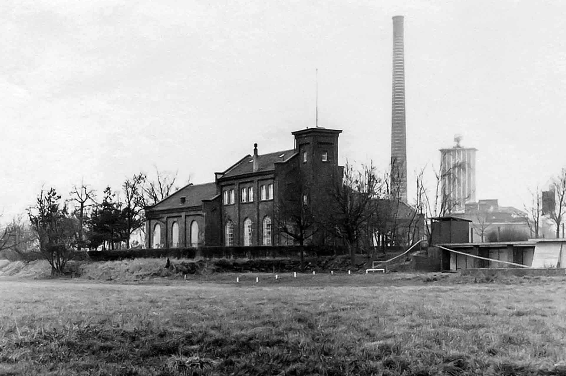 Das ehemalige Wasserwerk an der Siegburger Wahnbachtalstraße wird 1923 Standort des aufstrebenden Betriebs.