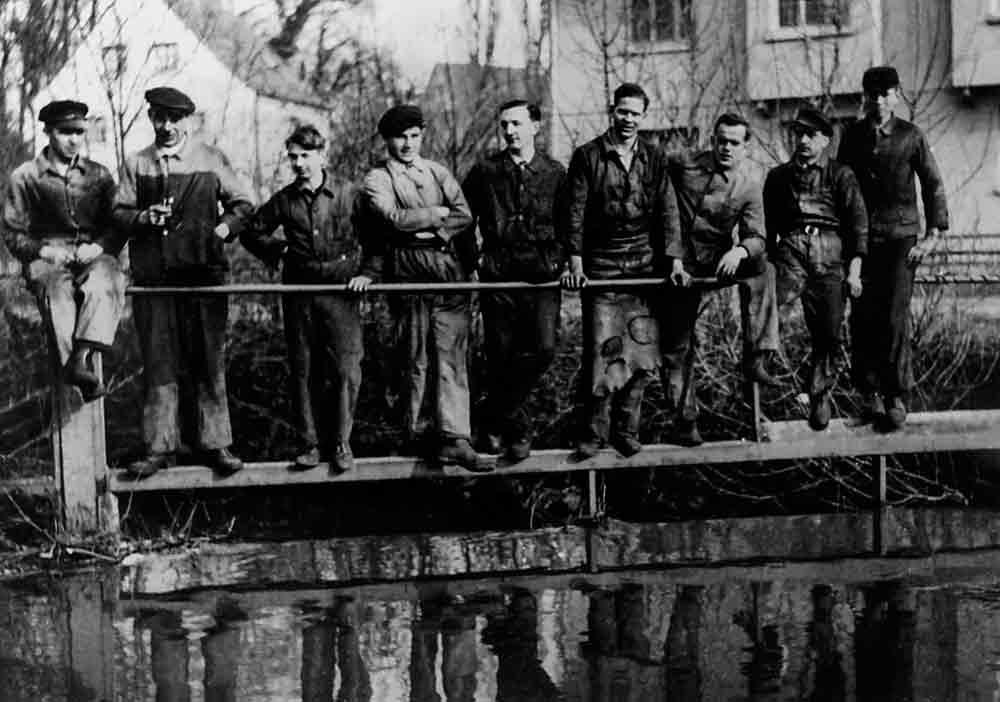 Mitarbeiter am Wehr des Mühl- grabens Mitte der 1930er Jahre: Viele werden einige Jahre später zum Kriegsdienst eingezogen.